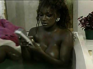 Dominique Simone nimmt ein Bad und wird von Peter North gefickt