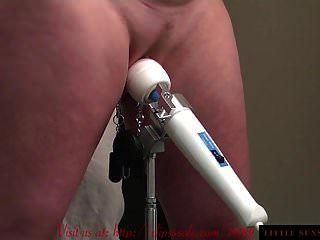super schreiender Orgasmus mit Zauberstab und Muschi klemmt BDSM
