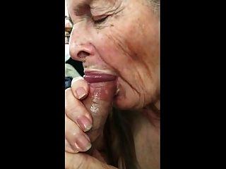 Oma macht Handjob für Sperma essen 02