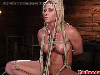 blonde bdsm sub peitschte bis sie abspritzt