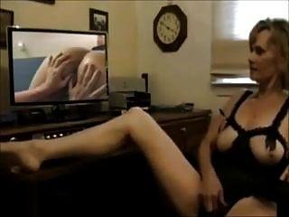 Reife Frau masturbiert beim Anschauen von Lesben-Pornos