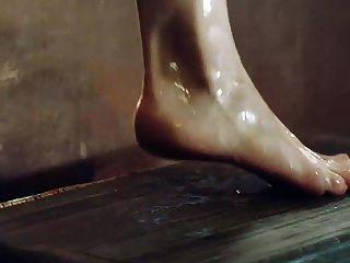 Emilia Clarke zeigt Titten und Arsch aus der Wanne