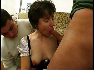 Marina gefickt in Dienstmädchen Uniform von 2 Jungs