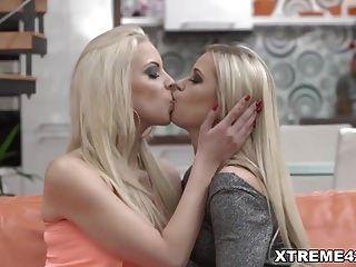 blonde Lesben lieben Fisting Sex Dido Angel und Julia Park