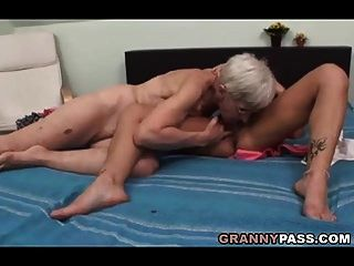 haarige Oma versucht lesbischen Sex
