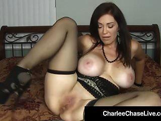 hot milf charlee chase bestraft die fotze mit dem großen schwarzen dildo!