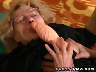 muskulöser junger Mann fickt eine fette Oma