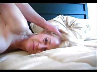 schöne blonde Oma, die Analsex hat