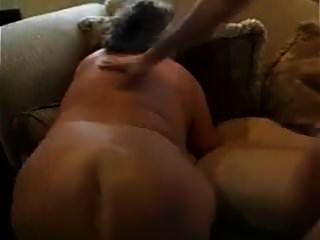 klobige Oma stocherte auf der Couch im Wohnzimmer!