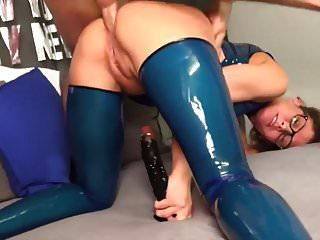 schlampe im blauen latex arsch gefickt