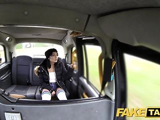 gefälschte Taxi Kniestrümpfe Schönheit ohne Schlüpfer nimmt es ein