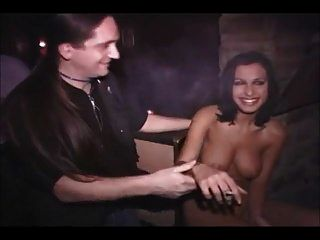 nacktes Mädchen in einer öffentlichen Bar