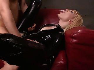 blonde Schlampe saugt und fickt in schwarzem Latexcatsuit