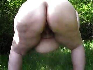 big ass bbw mit dicken bauch shakes und pinkelt outdoor 1