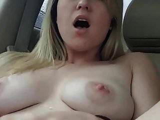 große säugende Brüste im Auto mit Dildo
