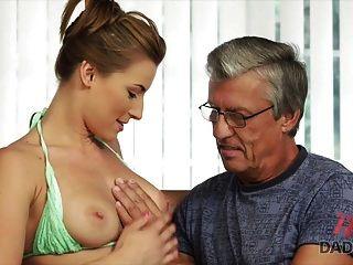 Daddy4k. Sex mit dem Vater ihres Freundes nach dem Schwimmbad