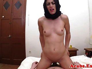 Hijab Arab Babe nimmt Geld für Sex Pov