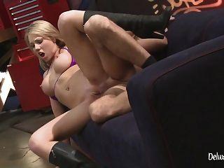Der verrückte blonde Teenager wird mit einem harten Muschifick bestraft