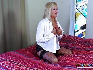 eropemature milf blonde spielt alleine mit einem dildo