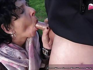 alte  e Hausfrau ficket im Freien von einem Jungen