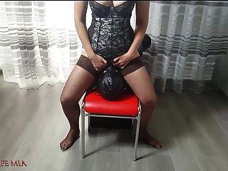 Die strenge Frau Mia fickt das Gesicht des Sklaven an ihrer Fotze. grobe fa