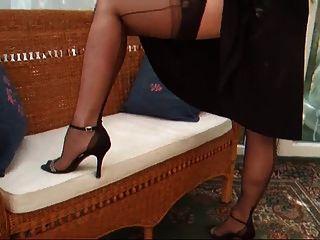Lady Lucy Black Cocktailkleid mit Gürtel und Strümpfen