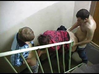 Zwei Jungs ficken eine Hure im Eingang