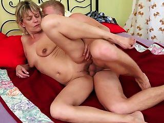 sexy blonde Oma wird von einem Jungen gefickt