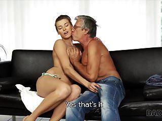 Daddy4k. leidenschaftlicher Sex in der Nähe des Pools mit dem Freund d
