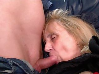 Oma genießt anal