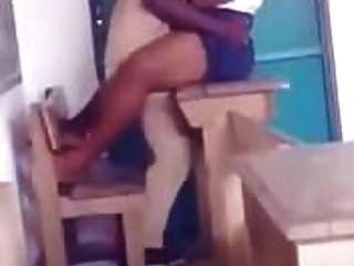 afrikanische Lehrerin fickt ihren Schüler in der Klasse