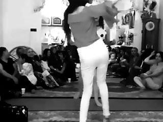 iranisches Mädchen, das ohne Höschen tanzt