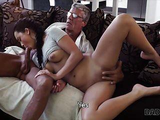 Daddy4k. Papa fickt deine Freundin, während du spielst