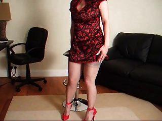 Lady Lucy in einem roten Kleid