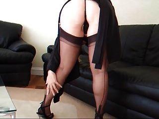 Lady Lucy in einem schwarzen Strumpfgürtel und Strümpfen