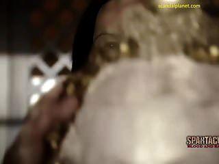 Katrina Gesetz nackte Brüste und Busch in Spartacus Scandalplanet