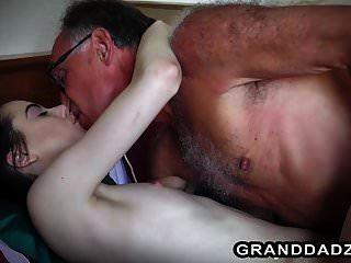 3 der besten Videos mit Teenagern, die von älteren Männern durchgefickt werden