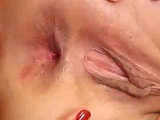 Zunge tief in ihr klaffendes Arschloch