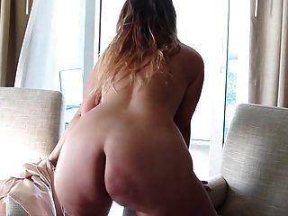 gebräunte blonde pawg strippt und schüttelt den großen fetten arsch