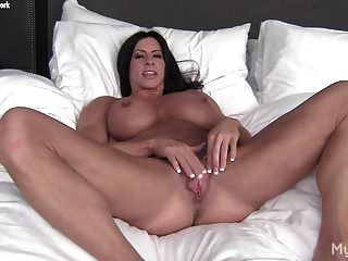 nackte Bodybuilderin spielt mit ihrer großen Klitoris \u0026 Schamlippen