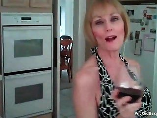 Amateurmutter nimmt ihren sexy Tag auf