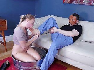 schmutzige junge blonde essen den Arsch und die Füße des Mannes