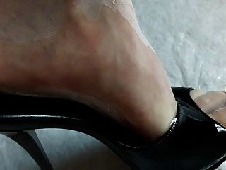 Füße in Nylons und High Heels in Pisse getränkt