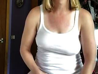 pinkeln und über meine Oberseite gießen, so dass ein nasses T-Shirt entsteht