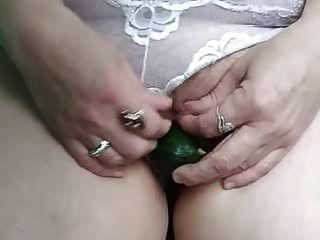 Milf Margarita mit Fuchsschwanz im Arsch und Gurke in der Muschi