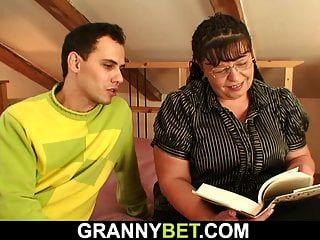 große Titten Bücherwurm Mutter wird zum Spielen abgeholt