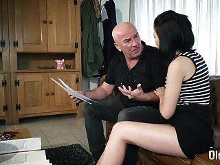 Teen mit schönen frechen Titten und rasierter Muschi von Opa gefickt