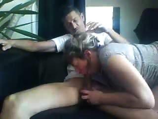 Amateurmama lutscht einen Schwanz und schluckt Sperma
