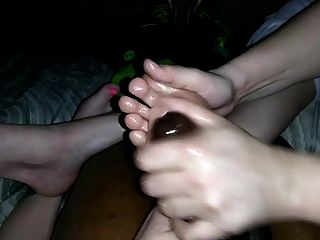 Schwester des besten Freundes und nicht Mutter Handjob mit Füßen