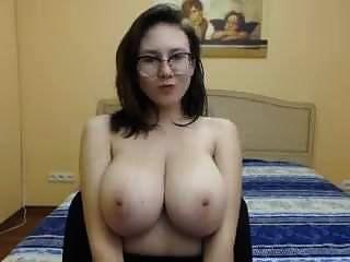 schönes Mädchen mit großen festen Titten